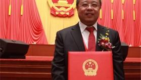 2016年1月8日,史伟云教授在北京人民大会堂领取2015年度国家