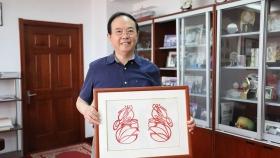 复明患者设计制作的剪纸作品赠送谢立信教授